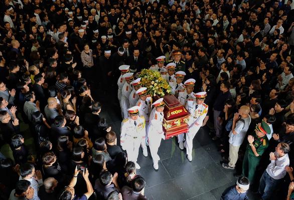Hàng ngàn người tiễn biệt cố Thứ trưởng Bộ GD-ĐT Lê Hải An - Ảnh 21.