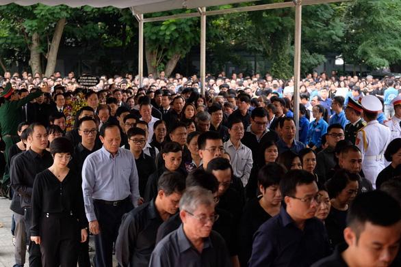 Hàng ngàn người tiễn biệt cố Thứ trưởng Bộ GD-ĐT Lê Hải An - Ảnh 14.