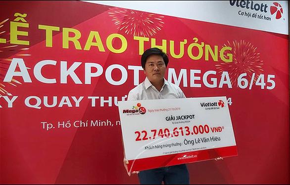 Trao thưởng cho chủ nhân không giấu mặt trúng Vietlott 22,7 tỉ đồng - Ảnh 1.