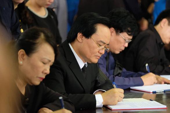Hàng ngàn người tiễn biệt cố Thứ trưởng Bộ GD-ĐT Lê Hải An - Ảnh 17.