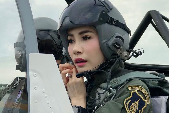 Mới được sắc phong chưa đầy 3 tháng, quý phi Thái Lan đã bị hủy mọi tước hiệu - Ảnh 2.