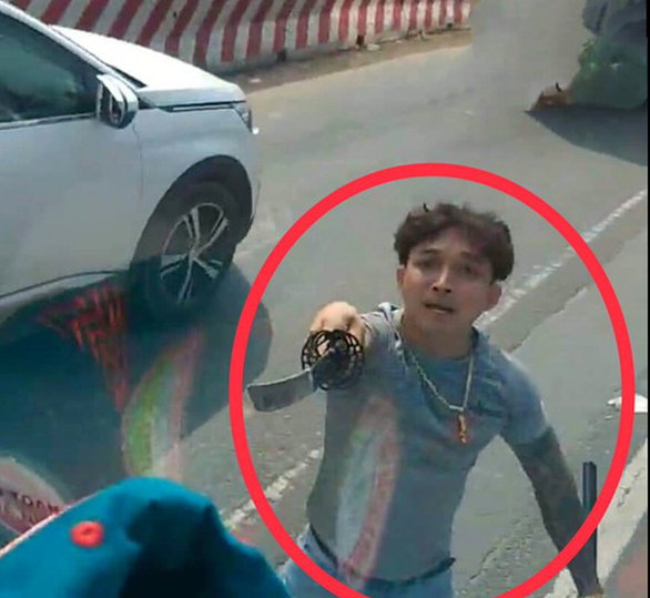 Làm rõ tố cáo đôi nam nữ vung kiếm chém nát kính xe tải trên quốc lộ 13 - Ảnh 1.