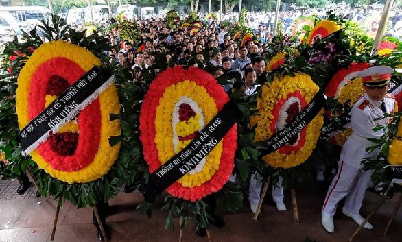 Hàng ngàn người tiễn biệt cố Thứ trưởng Bộ GD-ĐT Lê Hải An - Ảnh 19.