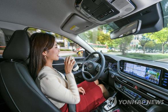 Lần đầu một hãng ôtô phát triển công nghệ tự lái - Ảnh 1.