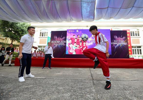 Quang Hải tiết lộ từng khóc suốt 2 tuần khi xa nhà đi đá bóng - Ảnh 5.