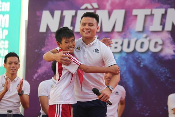 Quang Hải tiết lộ từng khóc suốt 2 tuần khi xa nhà đi đá bóng - Ảnh 1.