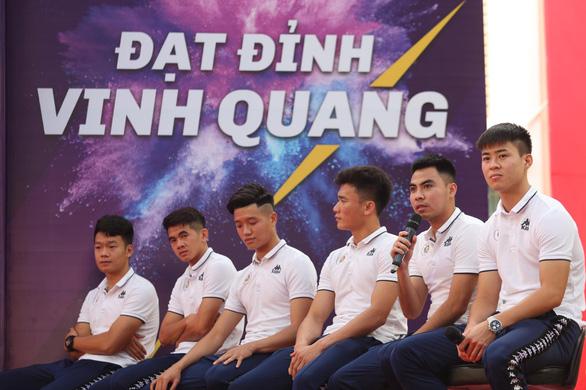 Quang Hải tiết lộ từng khóc suốt 2 tuần khi xa nhà đi đá bóng - Ảnh 2.