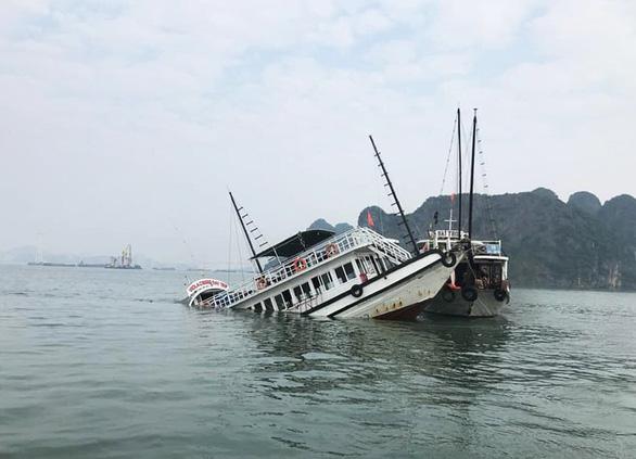Va chạm sà lan chở đá, tàu du lịch chìm trên vịnh Hạ Long - Ảnh 1.