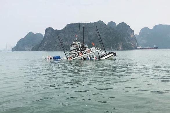 Va chạm sà lan chở đá, tàu du lịch chìm trên vịnh Hạ Long - Ảnh 2.