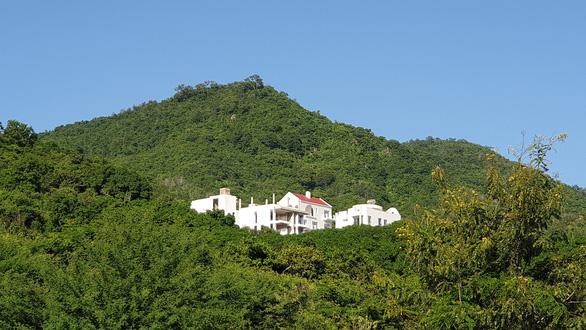 Nhà đầu tư chống lệnh tỉnh, xây biệt thự trên núi Cô Tiên - Ảnh 2.