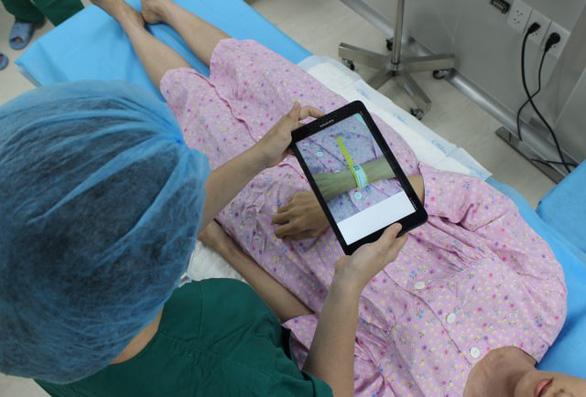 Người bệnh tự nhận diện mình trước khi phẫu thuật ngay trên bàn mổ - Ảnh 2.