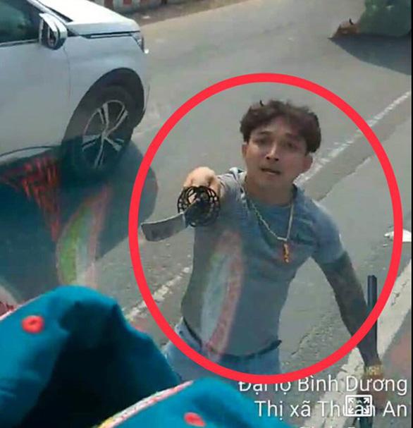 Xe hơi của tài xế vung kiếm chém nát kính xe tải là xe bị trộm? - Ảnh 1.