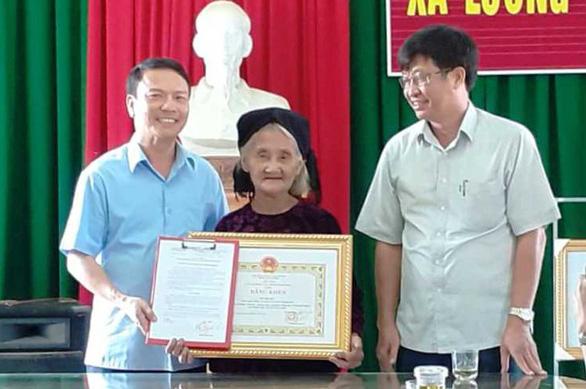 Cụ bà 83 tuổi được chủ tịch tỉnh tặng bằng khen vì xin thoát nghèo - Ảnh 1.