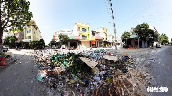 Bãi rác khổng lồ 'vô chủ' bủa vây sau ngập lụt lịch sử ở Vinh - Ảnh 3.
