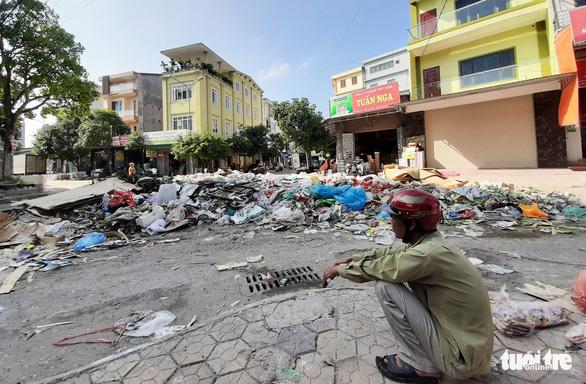 Bãi rác khổng lồ 'vô chủ' bủa vây sau ngập lụt lịch sử ở Vinh - Ảnh 4.