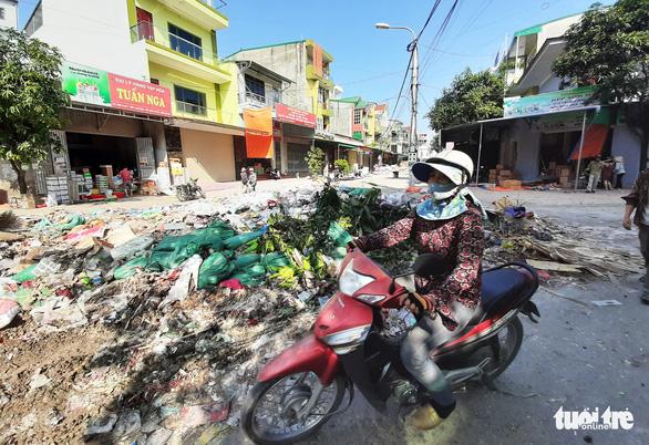 Bãi rác khổng lồ 'vô chủ' bủa vây sau ngập lụt lịch sử ở Vinh - Ảnh 2.