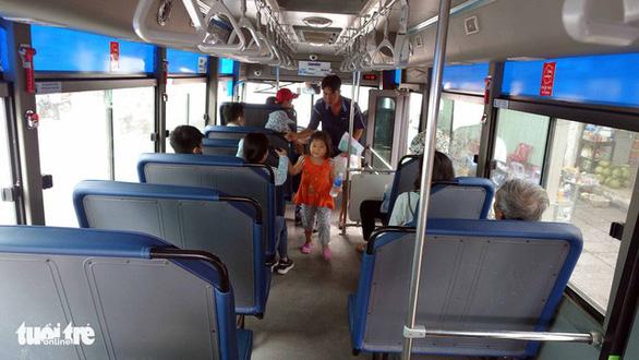 Khách kêu bật máy lạnh, nhân viên xe buýt tuyến 99 chửi, hăm đánh - Ảnh 1.
