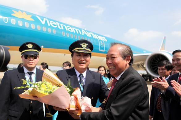 Phó thủ tướng Trương Hòa Bình chúc mừng Vietnam Airlines đón chiếc máy bay thứ 100 - Ảnh 2.