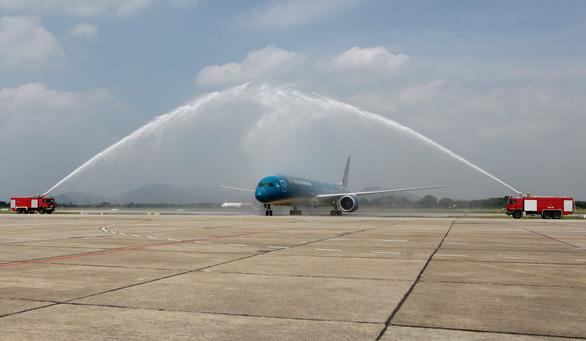 Phó thủ tướng Trương Hòa Bình chúc mừng Vietnam Airlines đón chiếc máy bay thứ 100 - Ảnh 1.