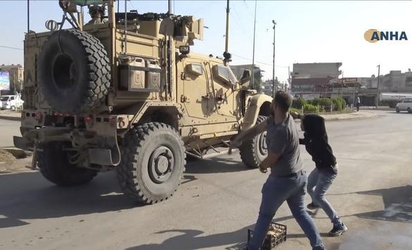 Lính Mỹ bị dân Kurd ném đá, ví như chuột nhắt khi rút khỏi Syria - Ảnh 1.