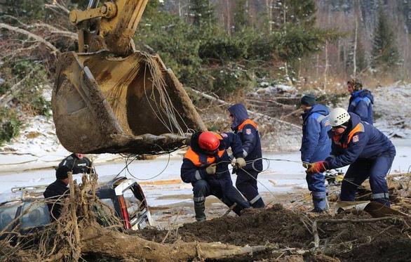 Nước rút sau vỡ đập, dân tìm thấy két sắt chứa 18kg vàng - Ảnh 1.