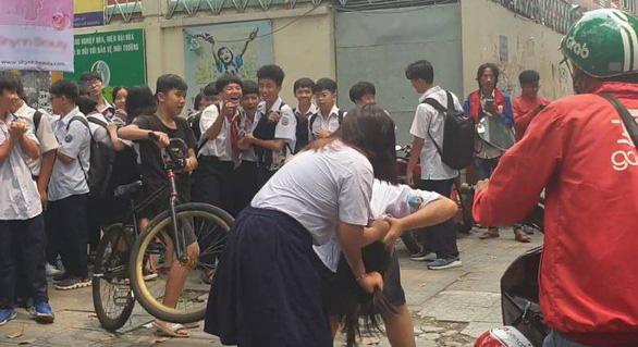 Nữ sinh cấp 2 ở TP.HCM đánh nhau ngay trước cổng trường - Ảnh 1.