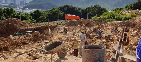 Tỉnh yêu cầu ngừng, biệt thự vẫn nườm nượp xây trên núi Cô Tiên - Ảnh 4.