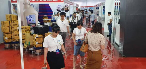 Khu vực phụ trợ của triển lãm ôtô Việt Nam 2019 bì bõm nước - Ảnh 1.