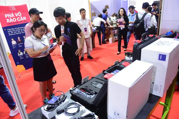 Khu vực phụ trợ của triển lãm ôtô Việt Nam 2019 bì bõm nước - Ảnh 2.
