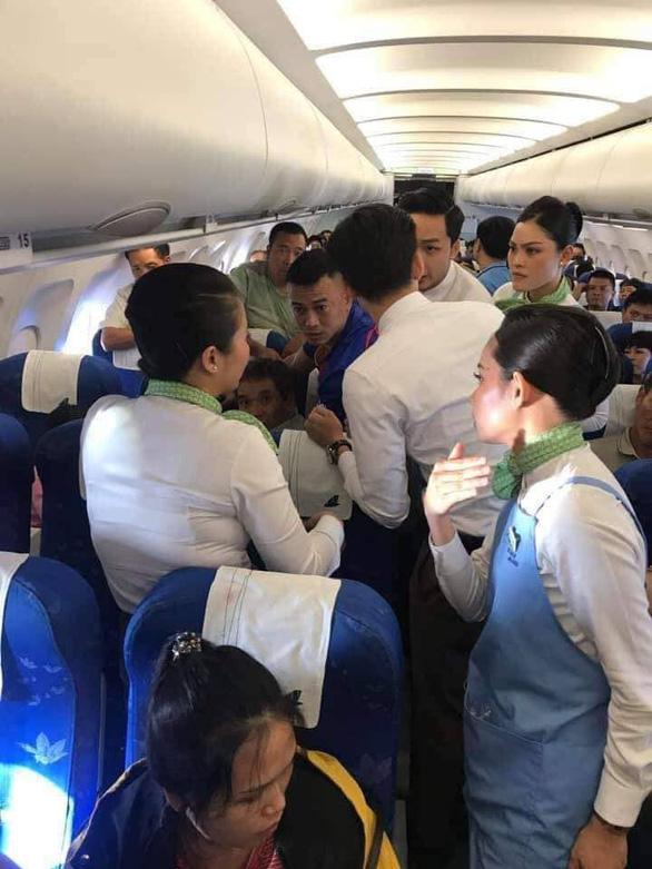 Hành khách co giật, cắn lưỡi trên máy bay được bác sĩ cứu - Ảnh 1.