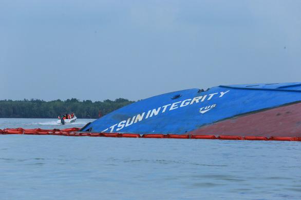 Vụ chìm tàu ở Cần Giờ: Đã hút hơn 50 tấn dầu từ tàu Vietsun Integrity - Ảnh 1.