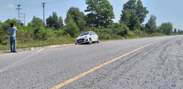 Xe liên tiếp gặp tai nạn vì mặt đường vương vãi đá dăm - Ảnh 1.