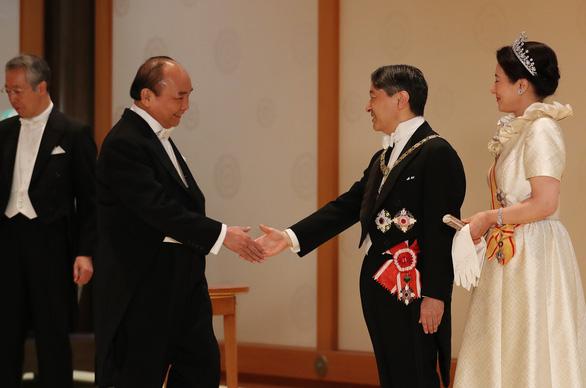 Thủ tướng kết thúc tốt đẹp chuyến tham dự lễ đăng quang của Nhật hoàng - Ảnh 1.