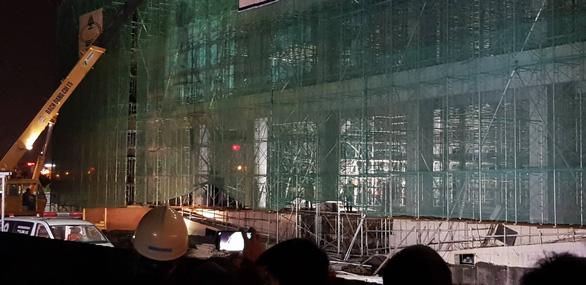 Sập giàn giáo công trình Trung tâm văn hóa Xứ Đông, 5 công nhân bị thương - Ảnh 1.