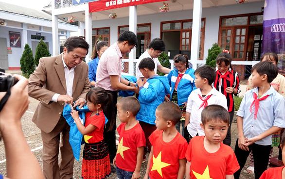 Tặng điểm trường và 1.500 áo ấm cho trẻ vùng cao - Ảnh 3.