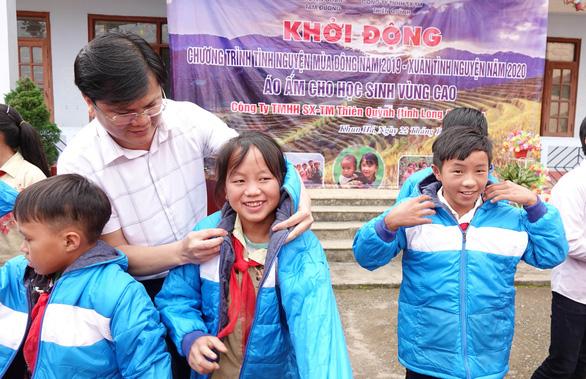 Tặng điểm trường và 1.500 áo ấm cho trẻ vùng cao - Ảnh 4.