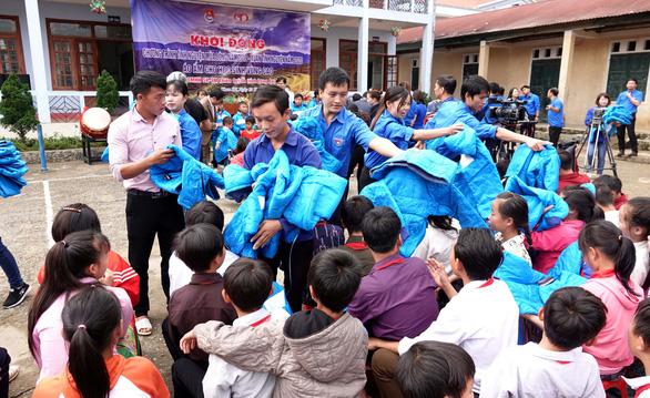 Tặng điểm trường và 1.500 áo ấm cho trẻ vùng cao - Ảnh 5.