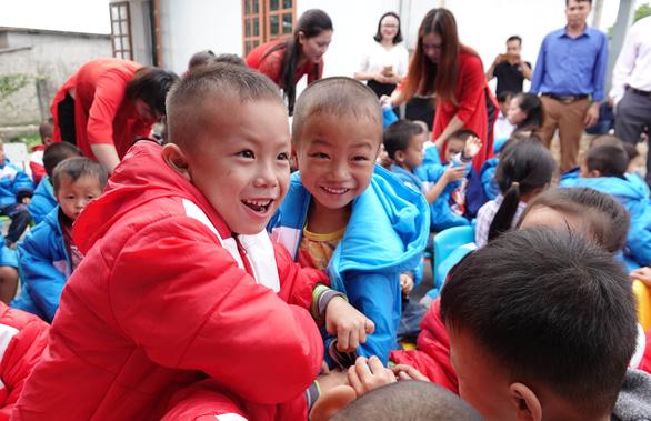 Tặng điểm trường và 1.500 áo ấm cho trẻ vùng cao - Ảnh 7.