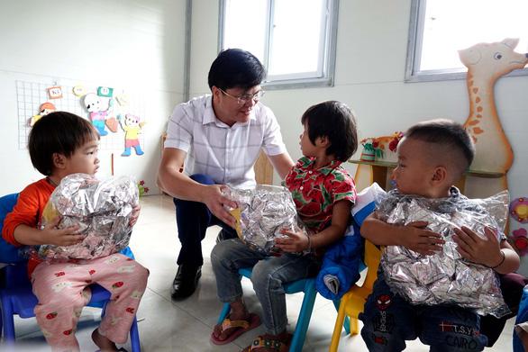 Tặng điểm trường và 1.500 áo ấm cho trẻ vùng cao - Ảnh 8.