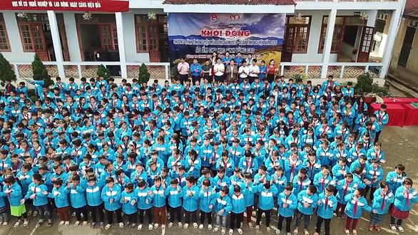 Tặng điểm trường và 1.500 áo ấm cho trẻ vùng cao - Ảnh 2.