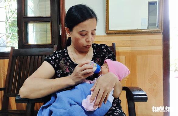 Mẹ bỏ con gái mới sinh kèm thư 'khó khăn không nuôi con được' - Ảnh 1.