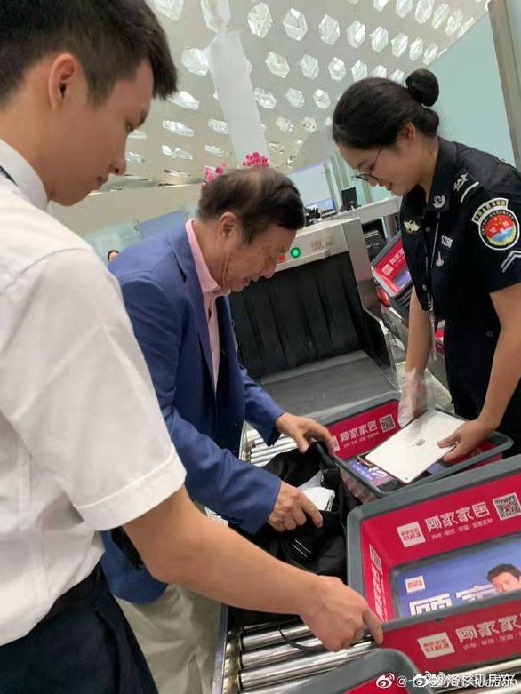 Ông chủ Huawei dùng iPad, dân mạng Trung Quốc giận dữ - Ảnh 2.