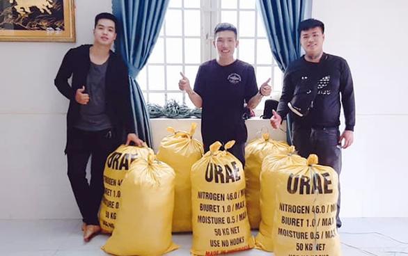 Sinh viên đại học Duy Tân làm từ thiện và hỗ trợ người gặp nạn - Ảnh 2.