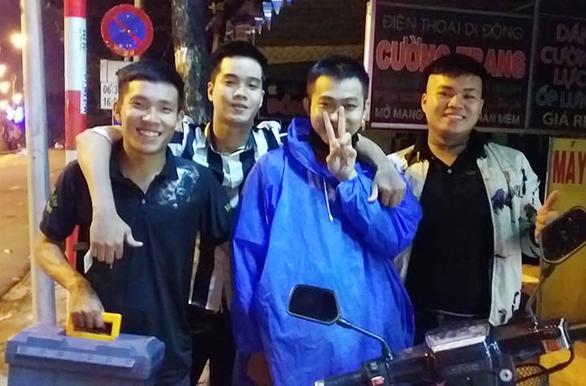 Sinh viên đại học Duy Tân làm từ thiện và hỗ trợ người gặp nạn - Ảnh 3.