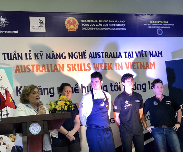 Lạ mắt, hứng thú với buổi trình diễn kỹ năng nghề cho sinh viên Việt Nam - Ảnh 1.
