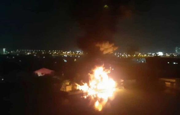 Nhà xưởng ở quận Bình Tân bốc cháy ngùn ngụt trong đêm - Ảnh 1.