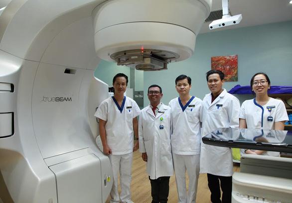Tế bào ung thư bốc hơi nhờ kỹ thuật xạ trị chuẩn - Ảnh 2.