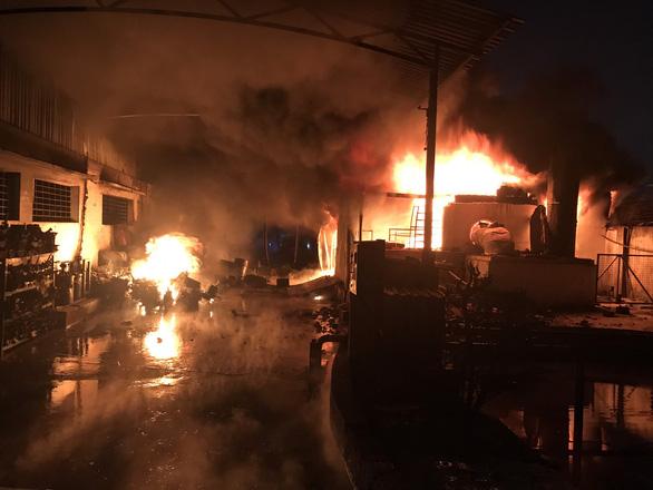 Hơn trăm lính cứu hỏa dập tắt vụ cháy khu pha chế dung môi trong đêm - Ảnh 1.