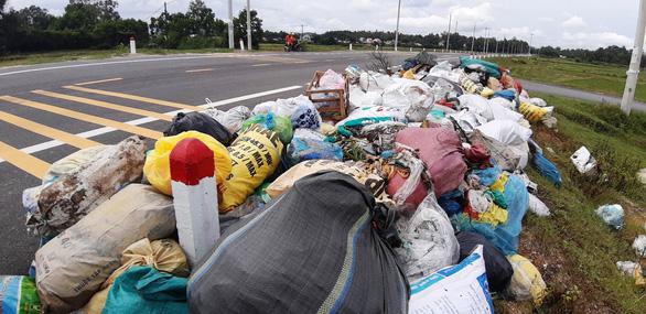 Xe chở rác đã vào được khu xử lý sau 3 tháng bị phong tỏa - Ảnh 3.