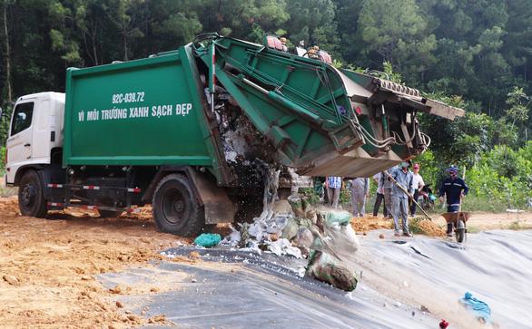 Xe chở rác đã vào được khu xử lý sau 3 tháng bị phong tỏa - Ảnh 4.